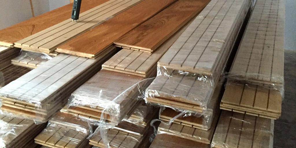 Massive Dielen aus Eichenholz für die Bodenrenovierung