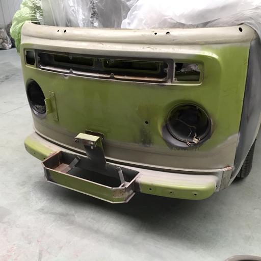 Der VW Bulli ist für das Sandstrahlen vorbereitet.