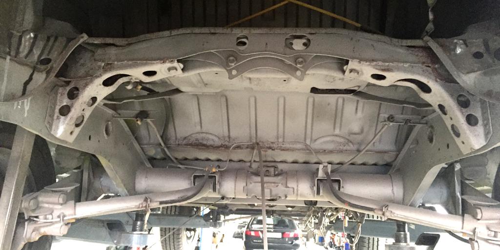 Unterboden des VW-Busses vor dem Sandstrahlen