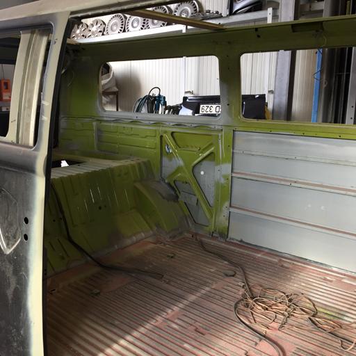 Boden des VW T2 mit der Sandstrahltechnik gereinigt