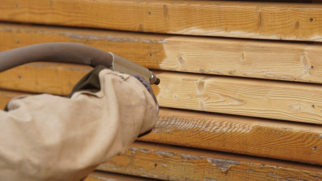 Sandstrahlverfahren bei Holz