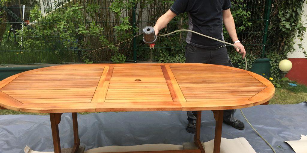 Holztisch mit Öl versiegeln