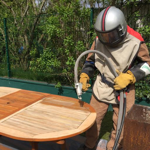 Holztisch mit Sandstrahlen renovieren