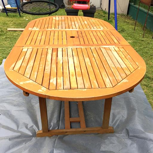 Gartentisch aus Holz vor der Renovierung mit Sandstrahlen