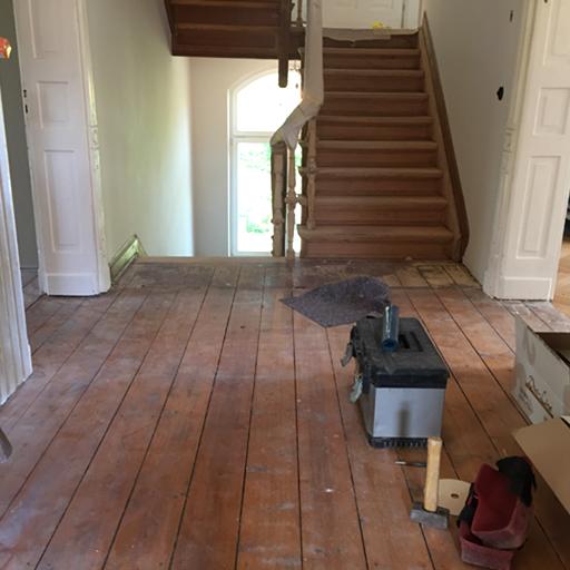Vor der Renovierung des Bodens und der Treppe.