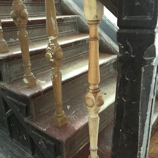 Denkmalschutztreppe unrenoviert mit sandgestrahlter Sprosse