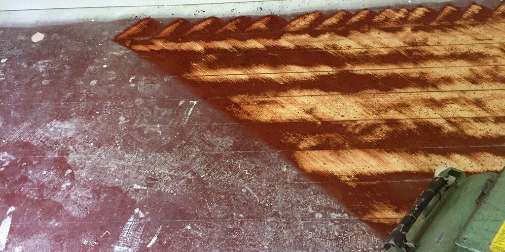 Dielen abziehen: Schräges Schleifen ebnet den Dielenboden.