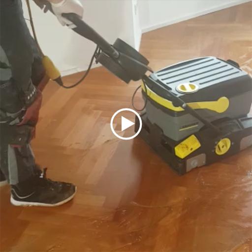 Video einer maschinellen Bodenreinigung für Parkett
