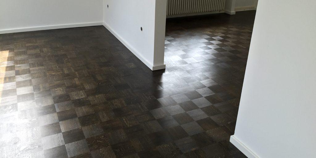 Der Holzboden ist dunkel eingefärbt.