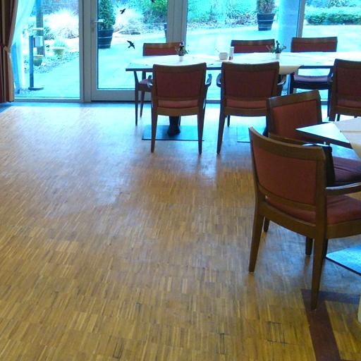 Der Gebrauch hinterlässt Spuren und Verfärbungen im Parkettboden.