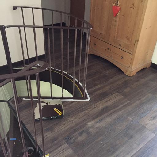 Laminat um Wendeltreppe verlegen - mit runden Abschlusskanten und neuer Farbe