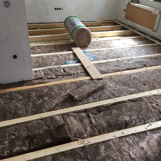 Balkenlage mit Filz als Schall- und Wärmeisolierung zwischen den Balken