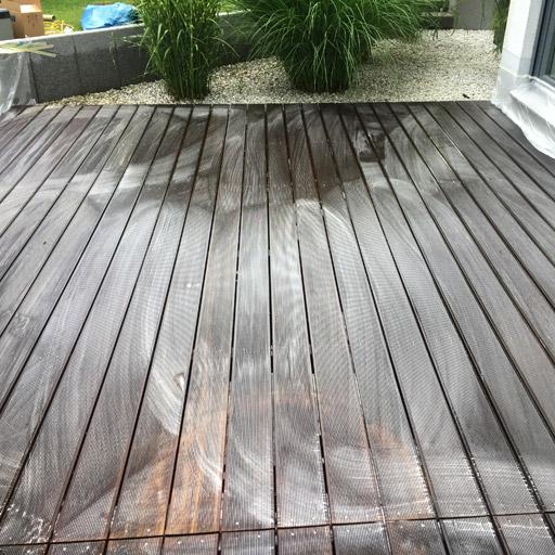 mit Holz-Entgrauer wird die Farbe des Holzes wiederhergestellt