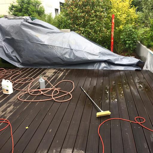 Terrrasse reinigen und versiegel: erst den Schmutz einweichen