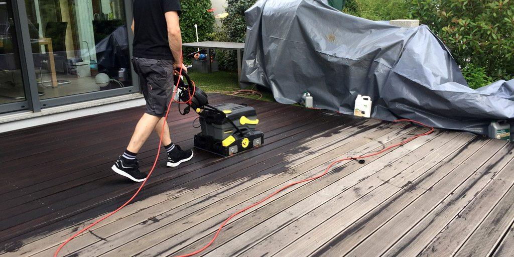 Terrasse wird maschinell gereinigt