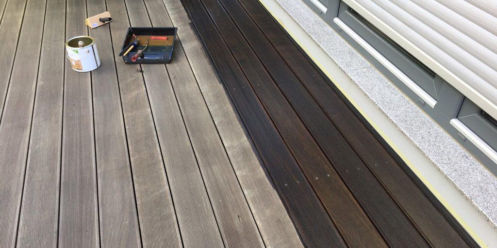 Nach der Reinigung der Terrasse wird das Holz geölt