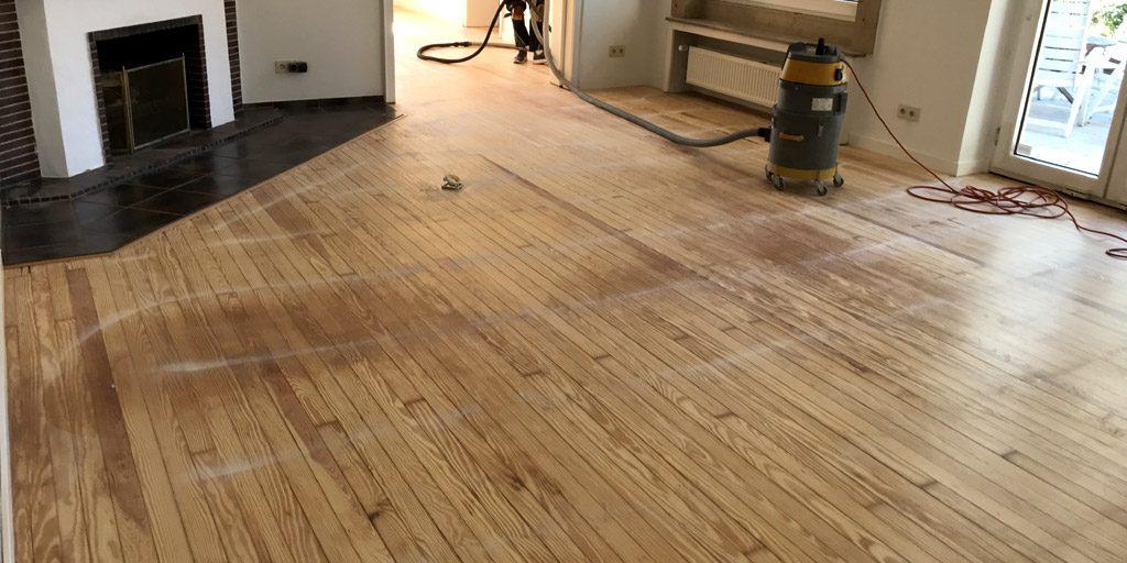 Nach dem Abfräsen des Teppichklebers vom Dielenboden haben wir die Dielen geschliffen.