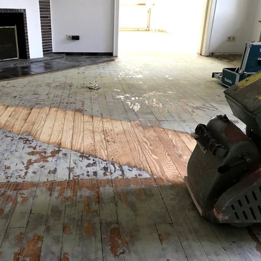 Den Teppichkleber haben wir von den Holzdielen gefräst.