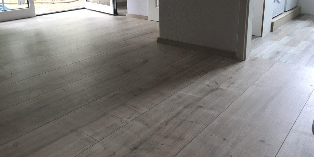 Frisch verlegt: Laminat in Dielenformat für mehr Weite im Raum.