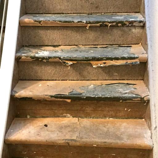 Alte Treppe mit Teppich- und Kleberresten vor der Treppenrenovierung in Datteln