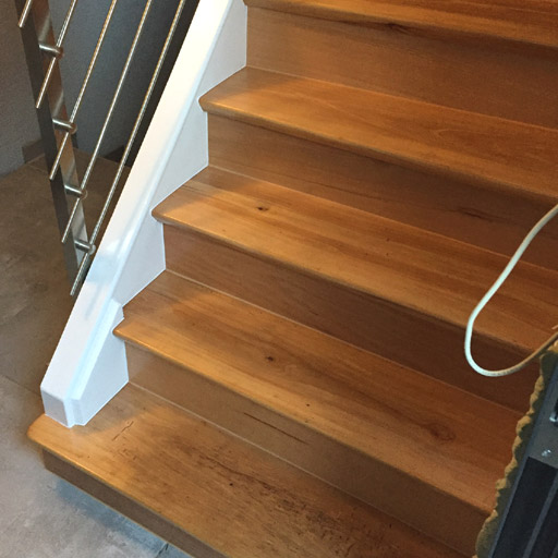 Die Treppe ist mit Parkett renoviert. | Parkett Remel