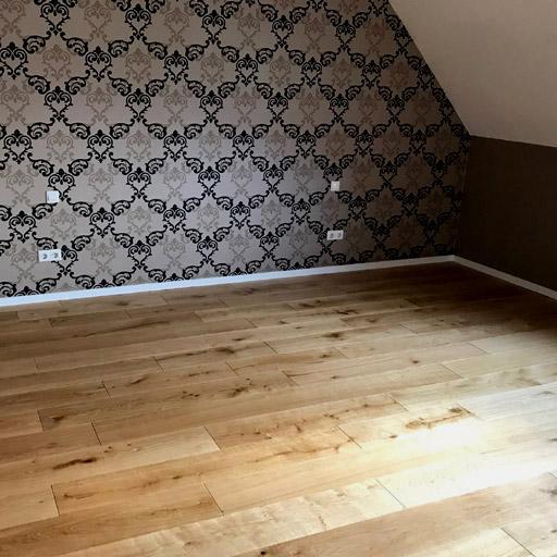 neuer Fußboden aus Holz: Eichendielen aus Massivholz klebt auf Estrich.