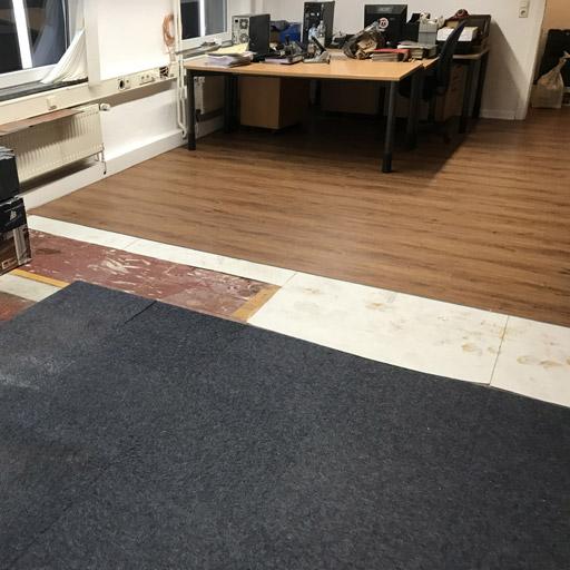 Eine Wohnung oder das Büro muss nicht leer geräumt sein, um einen Fußboden zu verlegen.