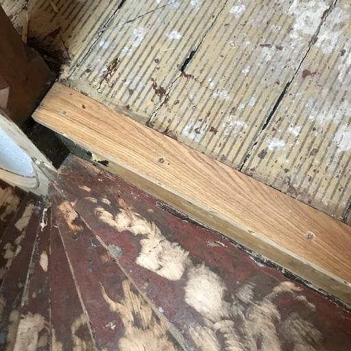 Brandschäden durch neue Leiste am Treppenpodest ersetzt