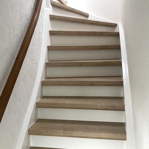 Treppe nach dem Renovieren mit Laminat
