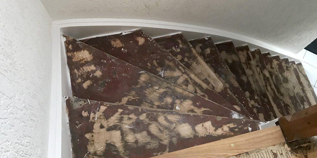 Treppe mit Laminat verkleiden - vorher Wangen lackieren