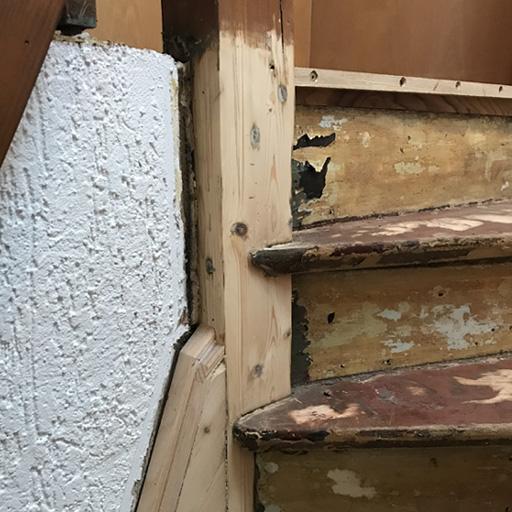 Schäden am tragenden Balken der Treppe ausgebessert