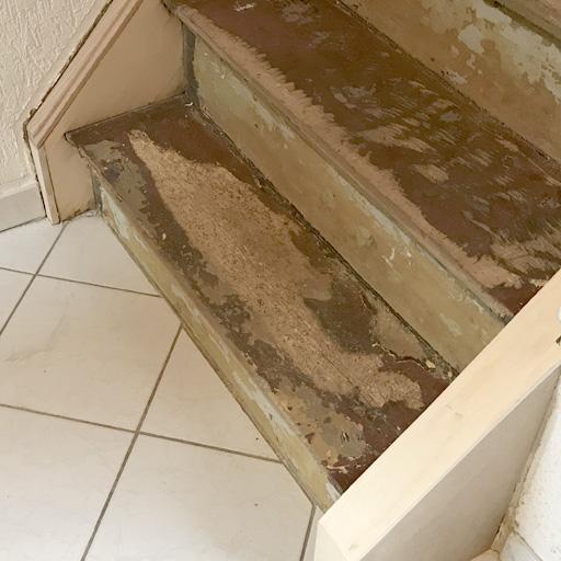 Stufen der Treppe sind stark vom Holzwurm befallen.