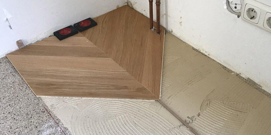 Parkett verlegen mit Abstand zu Wand. Beim Französisch Fischgrät liegen die Stäbe im 45-Grad-Winkel zur Wand.