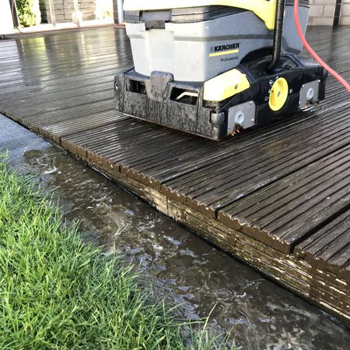 Schmutz und altes Öl werden bei der Terrassenreinigung entfernt