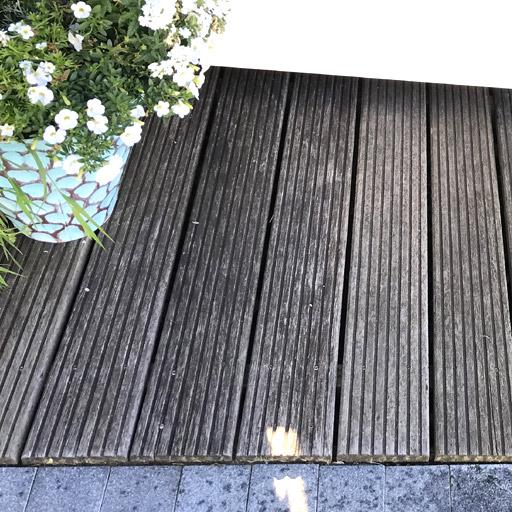 Schmutz und Witterung hinterlassen mit der Zeit Spuren bei einer Holzterrasse