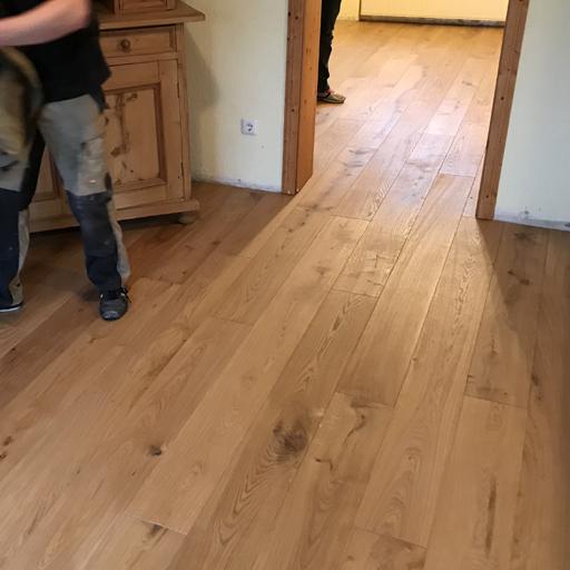 neuer Dielenboden aus Eichenholz auf der Unterkonstruktion verlegt