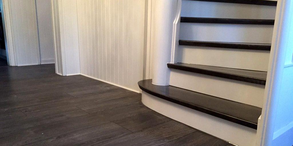 Der richtige Bodenbelag für die Treppe: Stufen und Boden im selben Farbton