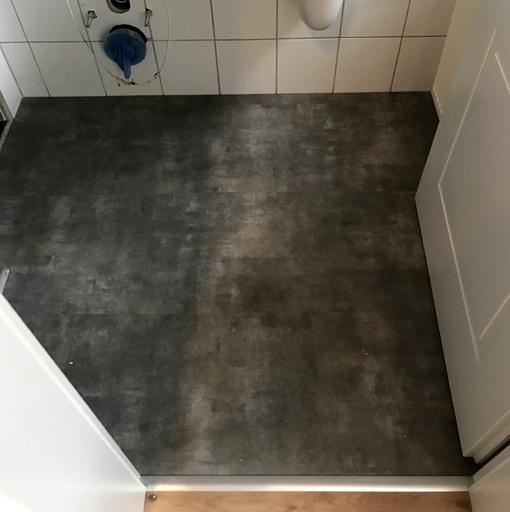 Nachher: Gäste-WC mit Vinylboden von Parador
