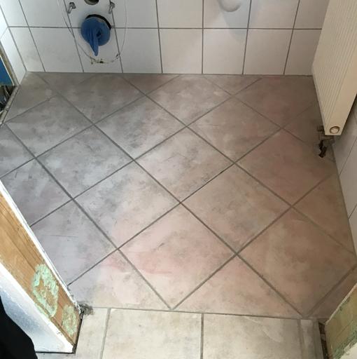 Vorher: Gäste-WC mit Fliesenfußboden