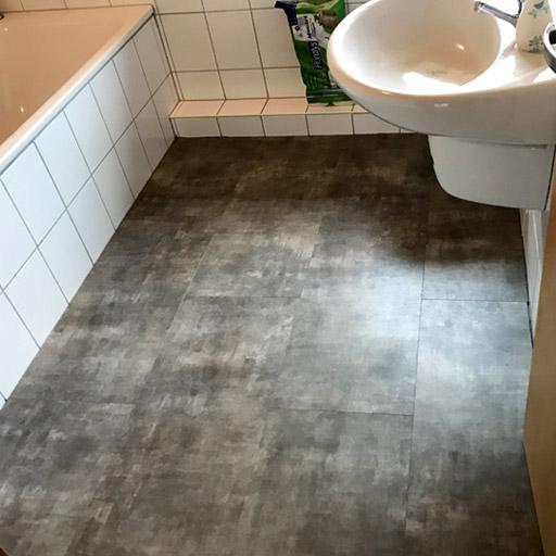 Neuer Boden im Bad mit Parador Vinyl in Fliesenoptik