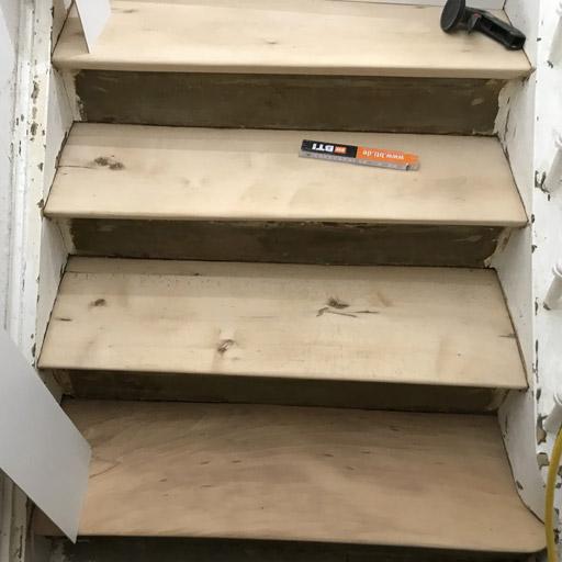 Treppe sanieren durch Schleifen der Stufen