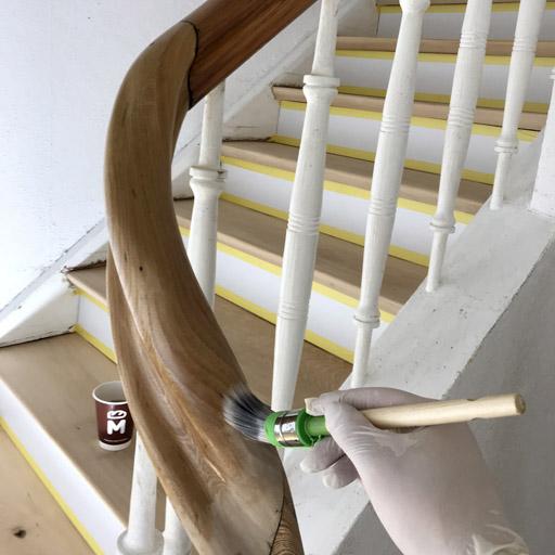 Abgeschliffene Stufen und Handlauf mit Öl beschichten