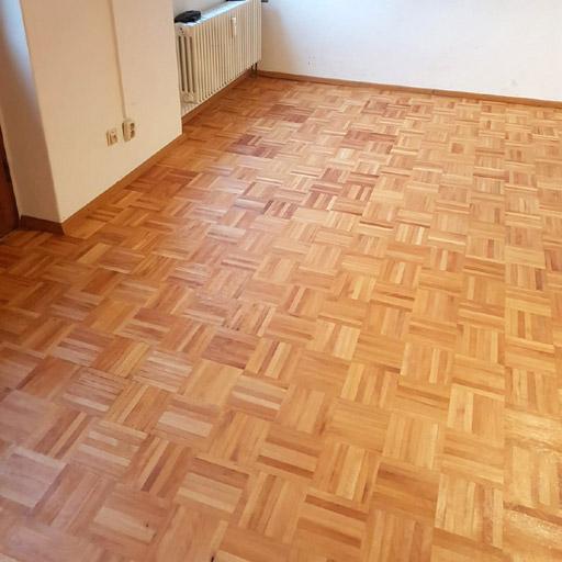 Der Fußboden nach der Parkettrenovierung des Würfelparketts - sauber und hell
