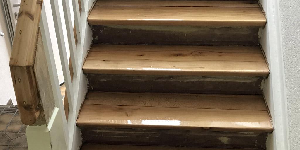 Treppenstufen nach Schleifen mehrfach beschichten zur Treppenrenovierung