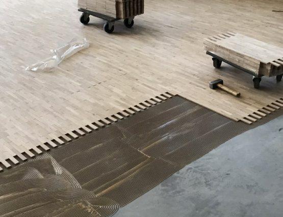 Industrieparkett verlegen: Bodenrenovierung in einem Kirchenraum