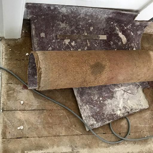 Vor dem Dielen schleifen wird das PVC entfernt.