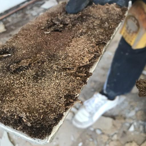 Deutlich zu erkennen: Das Holz der Dielen ist morsch geworden durch Feuchtigkeit und Holzwurm
