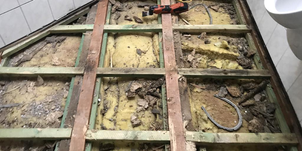 Unterkonstruktion im Bad: Der Dachboden wurde ausgebaut und die Fliesen auf Holzplatten verlegt.