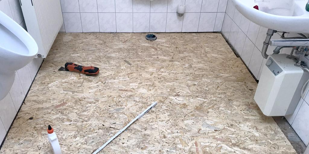 Neue OSB-Verlegeplatten in der Toilette