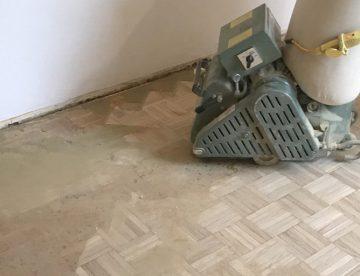 Teppichkleber von Holzboden entfernen: schleifen, fräsen oder beizen?